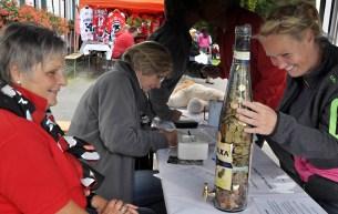 Am Info-Stand der Hilfsgruppe konnten Besucher den Geldbetrag schätzen, der in einer Dreiliter-Flasche war. Foto: Reiner Züll