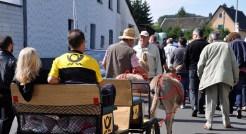 Die Eselkutsche, in der Peter Evertz zur Feier ins Bügerhaus gefahren wurde, war mit Emblemen der Deutschen Bundespost verziert. Foto: Reiner Züll