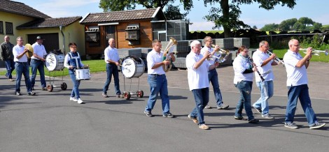 Sie gingen mit Musik dem Festzug voran: Die Wahlener Stehtischmusikanten, die aus dem Dorfleben nicht mehr wegzudenken sind. Foto: Reiner Züll