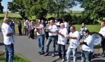 Die Stehtischmusikanten spielten auch vor dem Bürgerhaus auf. Foto: Reiner Züll