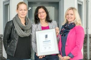 """Die Vertriebsleiterinnen Sarah Roes (v.l.) und Sylwia Laß freuten sich mit """"ene""""-Pressesprecherin Kerstin Zimmermann über die Auszeichnung in Gold. Bild: ene"""
