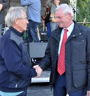 Ralf Schumacher , der Chef der Firmengruppe Schumacher, bedankt sich bei Klaus Flieger (links) für den Benefiz-Auftritt seiner Band. (Foto: Reiner Züll