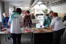 """""""ene""""-Mitarbeiterinnen sorgten für Gemütlichkeit im hauseigenen Café. Bild: Michael Thalken/epa"""
