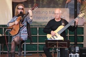 Ulla Haesen und Wilhelm Geschwind (hier bei einem Auftritt bei der Energie Nordeifel) präsentieren in der Gemeindebücherei Kall ihr neues Programm. Bild: Michael Thalken/Eifeler Presse Agentur/epa