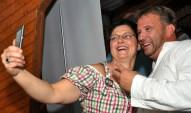 Petra Mey-Wirtz aus Kall machte ein Selfi mit Julian Heldt. Foto: Reiner Züll