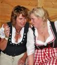 Die beiden Damen sind große Schmalzler-Fans und reisen jedes Jahr aus Itzehoe zum Lorbacher Okoberefst an. Foto: Reiner Züll