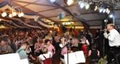 Julian Heldt sang auch Stücke von Brings und hob damit die Stimmung immer wieder an. Foto: Reiner Züll