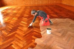 Eine Fachfirma hat den alten Saalboden abgeschliffen und neu geölt. Bild: Reiner Züll