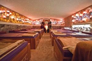 Zwölf Besuchern bietet die Blausalzgrotte auf speziellen Matratzen mit eingearbeitetem Salzgel Platz. Bild: Tameer Gunnar Eden/Eifeler Presse Agentur/epa