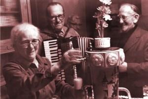 Luise Gier (links) führte viele Jahre lang die gleichnamige Gaststätte in Kall. (Hier ein Bild von 1979.) Sie ist vielen Kallern noch in guter Erinnerung. Repro Reiner Züll