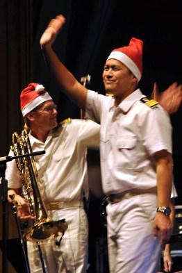Dirigent Timor Oliver Chadik verabschiedete sich mit Nikolaus-Zipfelmütze vom Publikum. Foto: Reiner Züll