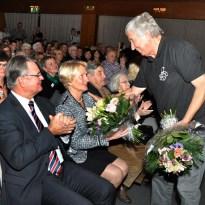 Blumen von der Hilfsgruppe gab es für Schirmherr Günter Rosenke und dessen Ehefrau Karin. Nicht nur dass Karin Rosenke am Tag des Konzertes Geburtstag hatte. Der Landrat und seine Frau feierten auch ihren Hochzeitstag. Foto: Reiner Züll
