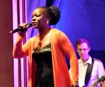 Die von Bwalya vorgetragenen Songs von Shirley Bassey begeisterten auch das jüngere Publikum. Foto: Reiner Züll