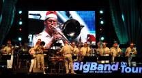"""Mit dem Weihnachtslied """"Stille Nacht"""" verabschiedete sich die Big Band in den Weihnachtsurlaub. Die Musiker zogen sich dafür rote Nikolaus-Zipfelmützen über. Foto: Reiner Züll"""