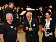 Das Ehepaar Julius und Ulla Steffens (rechts) überreichte in der Konzertpause eine Spende von 1400 Euro an Paul Schneider von der Hilfsgruppe Eifel. Foto: Reiner Züll