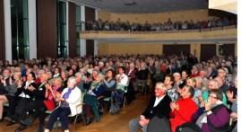 Mit 500 Besuchern waren Saal und Empore des Gemünder Kurhauses bis auf den letzten Platz besetzt. Foto: Reiner Züll