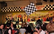 Das Publikum war dem sportlichen Motto gefolgt und schwenkte Zielflaggen. Foto: Reiner Züll