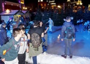 Für manche Flüchtlingskinder führte die Fahrt ins Phantasialand zur ersten Begegnung mit Schnee. Foto: Caritas Euskirchen