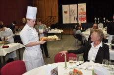 Fachlehrerin Claudiia Weckmann-Schindler lässt sich von Koch-Azubi Carola Dusend das Hauptgericht präsenrtieren. Foto: Reiner Züll