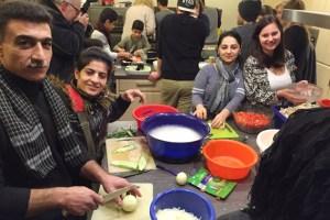 Beim gemeinsamen Kochen stand besonders der Spaß im Vordergrund. Bild: Arndt Krömer