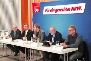 Diskutierten die Flüchtlingspolitik: Werner Weigelt (v.l.), Landrat Günter Rosenke, Markus Ramers, Peter von Wilcken und Markus Hilgers. Foto: SPD