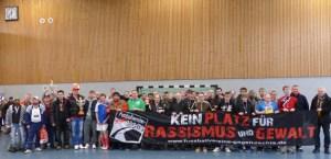 Die sieben Mannschaften beim Hallenturnier für Sozialpsychiatrische Institutionen setzten auch ein Zeichen gegen Rassismus. Foto: NEW