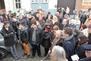 Zahlreiche Bürger und Schüler nahmen an der Verlegung der Stolpersteine teil. Bild: Michael Thalken/Eifeler Presse Agentur/epa