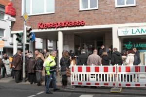 Vor dem BC in Kuchenheim wurden drei Gedenksteine verlegt, die an die Familie Sommer erinnern. Bild: Michael Thalken/Eifeler Presse Agentur/epa