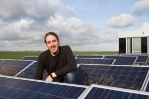 Als professioneller Klimaschützer freut sich Karsten Strätz über jede Anlage von Erneuerbaren Energien, wie hier über die Photovoltaikanlage auf dem Kreishaus. Bild: Tameer Gunnar Eden/Eifeler Presse Agentur/epa