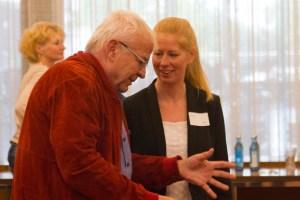 Nach der Veranstaltung entspannen sich zahlreiche Gespräche zwischen den Vertretern gemeinnütziger Einrichtungen und der Kreiswirtschaftsförderung. Bild: Tameer Gunnar Eden/Eifeler Presse Agentur/epa