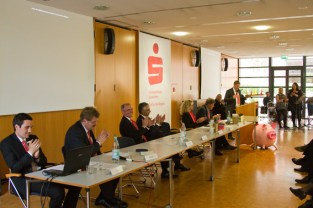 KSK Stiftungsabend 2016 Übergabe Rede Ramers Podium