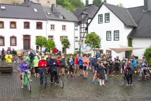 """Wetterfest gekleidet machten sich die Teilnehmer der """"Tour de Ahrtal"""" auf den Weg. Bild: Tameer Gunnar Eden/Eifeler Presse Agentur/epa"""