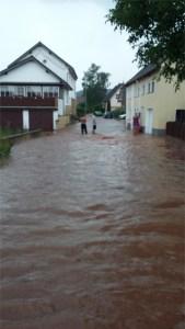 Wassermassen statt Straßen: Das Unwetter sorgte für fast 600 Notrufe. Foto: Feuerwehr Mechernich
