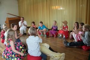 Waldorfpädagoge Wolfgang Dornwald (hinten) hatte mit den Kindern bereits ein kleines Stück einstudiert. Bild: Michael Thalken/Eifeler Presse Agentur/epa