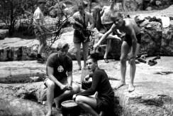 Auch das Kartoffelnschälen an einem Bach gehörte zu den Aufgaben der Kaller Korsika-Fahrer. Repro: Reiner Züll