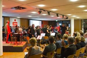 Für ein gelungenes Krimikonzert im S-Forum der Kreissparkasse sorgten Ralf Kramp und das Sinfonische Blasorchester Vulkaneifel. Bild: Tameer Gunnar Eden/Eifeler Presse Agentur/epa
