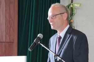 Bürgermeister Dr. Hans Peter Schick freute sich, dass durch die Neugründung der Schulstandort Satzvey langfristig gesichert sei. Bild: Michael Thalken/Eifeler Presse Agentur/epa