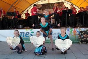 Der Tanznachwuchs aus Ripsdorf bewegte sich perfekt zu den Klängen der Show Fanfares Ripsdorf. Bild: Michael Thalken/Eifeler Presse Agentur/epa