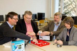 Neben den beiden Schulleitern Birgit Barrelmeyer (rechts) und Georg Jöbkes (2. von rechts) testeten auch Kuratoriumsvorsitzender Jochen Kupp (2. von links) sowie Vorstandsmitglied Markus Herbrand (links) das neue Lego Mindstorm Education System. Foto: Stadt Schleiden