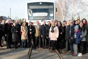 Bei der Tour mit der Bördebahn durch die LEADER-Region wurde Minister Johannes Remmel (Mitte) von rund 50 haupt- und ehrenamtlichen Akteuren begleitet. Bild: Michael Thalken/Eifeler Presse Agentur/epa