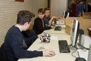In Zweier-Teams programmieren die Schüler die Roboter. Bild: Tameer Gunnar Eden/Eifeler Presse Agentur/epa