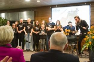 """Die jungen Akteure des Musical-Projektes """"OffBeat"""" sorgten zusammen mit dem Sänger Nico Gomez (r.) für den musikalischen Rahmen beim Neujahrsempfang. Bild: Tameer Gunnar Eden/Eifeler Presse"""