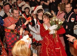 Ehemann Uwe war überrascht, als seine Kerstin als Prinzessin in den Saal einmarschierte. Foto: Reiner Züll