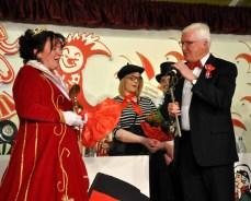 Bürgermeister Herbert Radermacher und Sitzungspräsident Patrick Züll hoben die neue Prinzessin Kerstin I. auf den Narrenthron. Foto: Reiner Züll