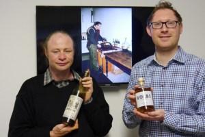 """Thorsten Schmitz (links) zeigt eine alte """"RÖLBS""""-Flasche und Geschäftsführer Michael Schäfer präsentiert die Neuauflage. Bild: Schmitz"""