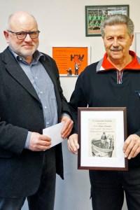 Bernhard Becker übergab als kleines Dankeschön eine Zeichnung an Hubert Hamacher. Bild: Carsten Düppengießer