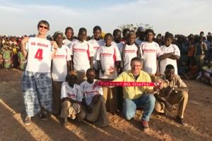 Dr. Harry Kunz (kniend) war bei der Eröffnung zweier Schulen in Westafrika, die mit Hilfe von Spendengeldern aus der Eifel gebaut werden konnten, dabei. Bild: Privat