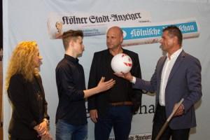 Nachwuchstalent Ben Decker (2.v.l.) bekam von Jörg Frühauf als Nachwuchstalent einen original 1.-FC-Köln-Fußball geschenkt. Bild: Tameer Gunnar Eden/Eifeler Presse Agentur/epa
