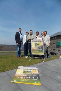 Iris Poth,(v.r.) (Nordeifel Tourismus GmbH), René Wißgott (Rureifel Tourismus e.V.), Barbara Frohnhoff (Monschauer Land-Touristik e.V.), Tobias Wiesen und Dr. Kerstin Oerter (Nationalparkforstamt Eifel) sowie Patrick Schmidder (Nordeifel Tourismus GmbH) stellten den Aktionstag jetzt auf Vogelsang vor. Bild: