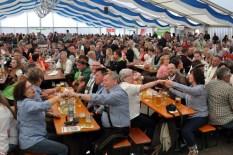 Die Vertreter der Hilfsgruppe Eifel, des Lorbacher Schmalzler-Fanclubs und der Nettersheimer Böllerschützen saßen ganz vorn im 2000-Personen-Zelt im niederbayerischen Hohenau. Foto: Reiner Züll
